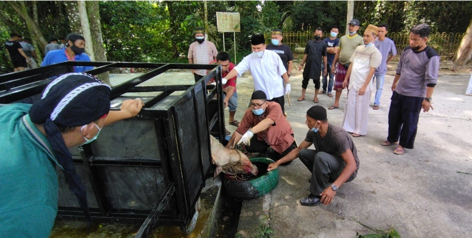 Mesjid Al Fatah Unilak Sebar 240 Paket Daging ke Warga Terdampak Pandemi Covid-19